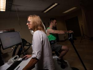 IC professor Betsy Keller conducts a VO2 max test.