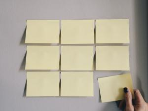 empty post it notes waiting to be arranged